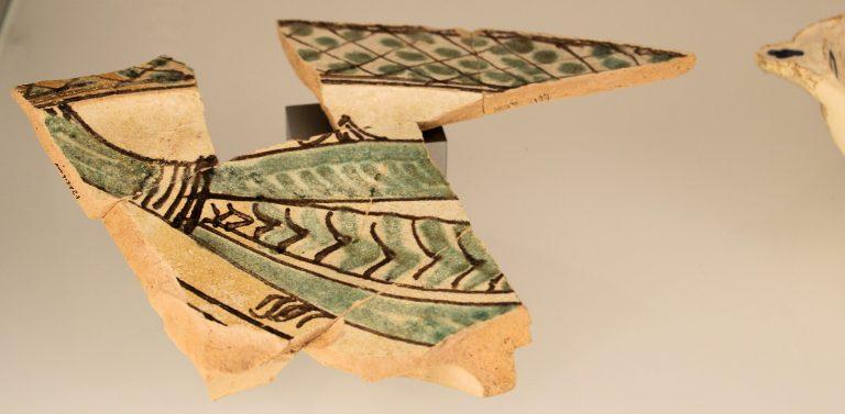 Piatto smaltato con raffigurazione di pesce. Produzione iberica (XIV sec.)