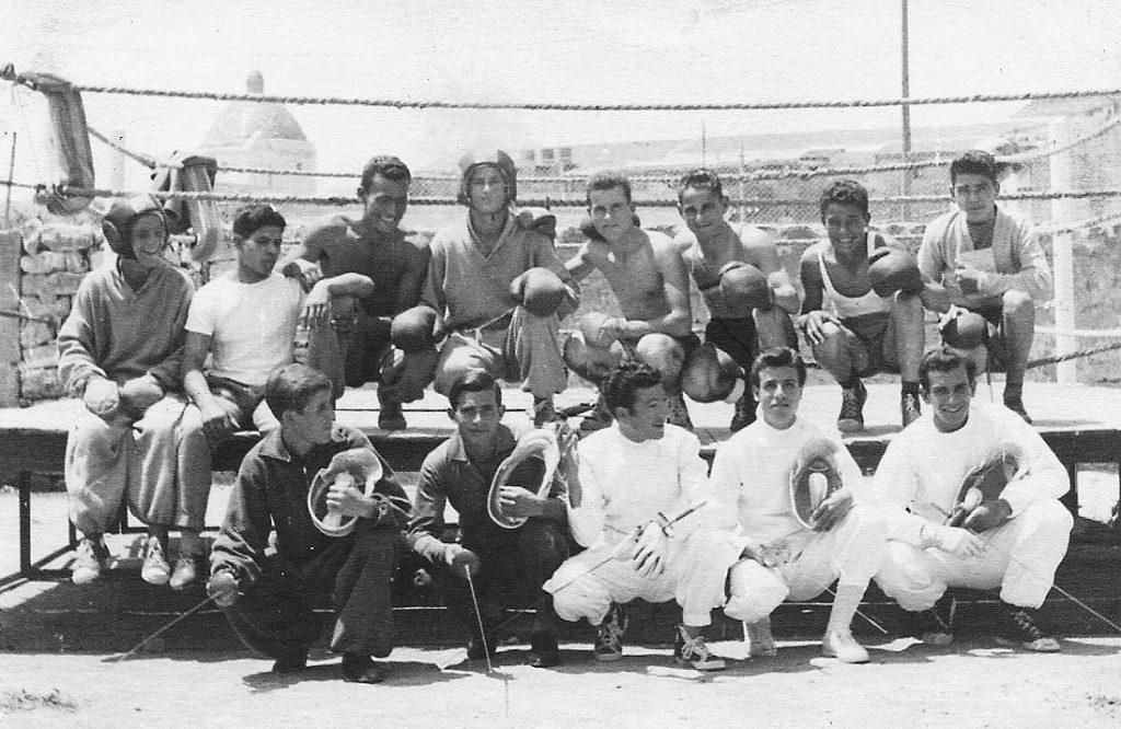 Atleti dell'Associazione Polisportiva davanti al ring allestito nei pressi di piazza de Lo Quarter ad Alghero.